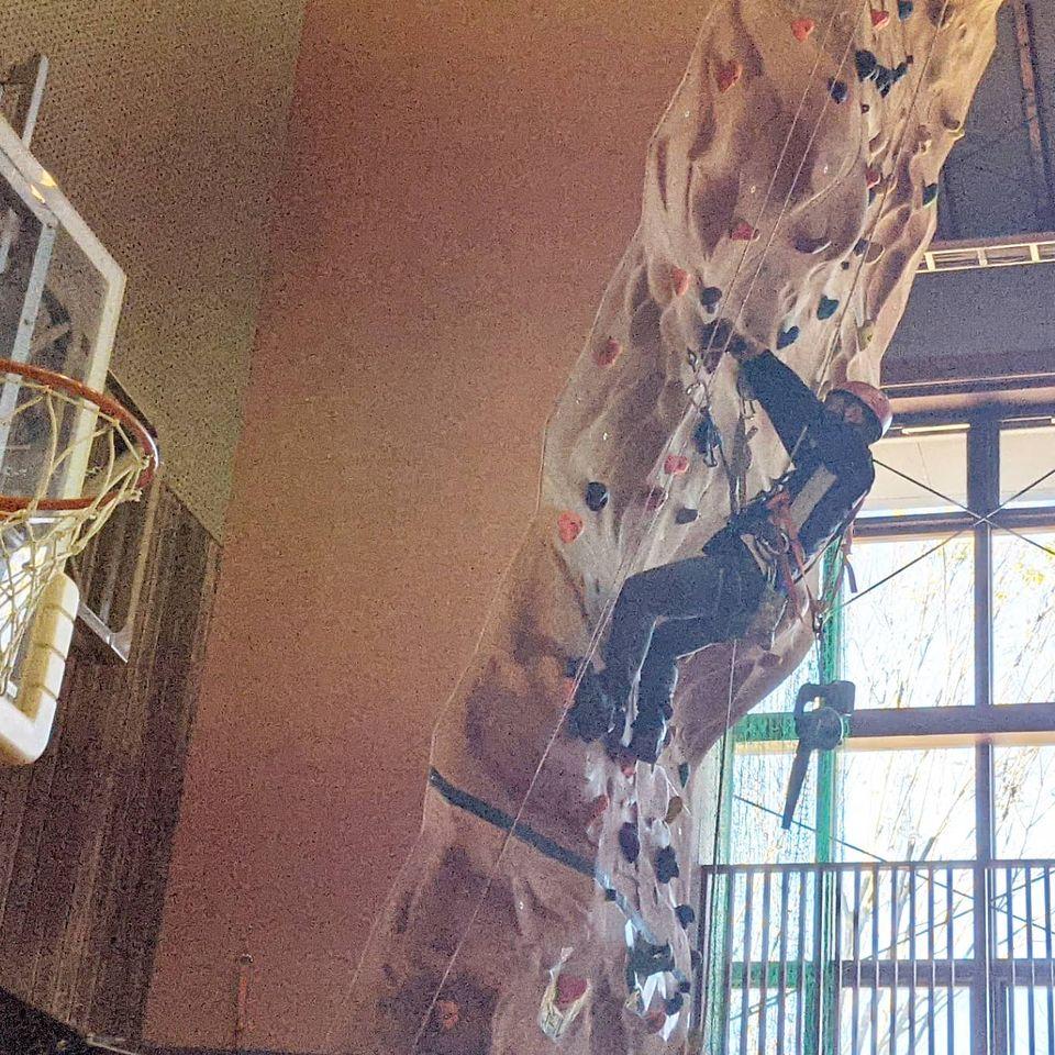 今日は千葉市少年自然の家のクライミングウォールのメンテナンスに来ています