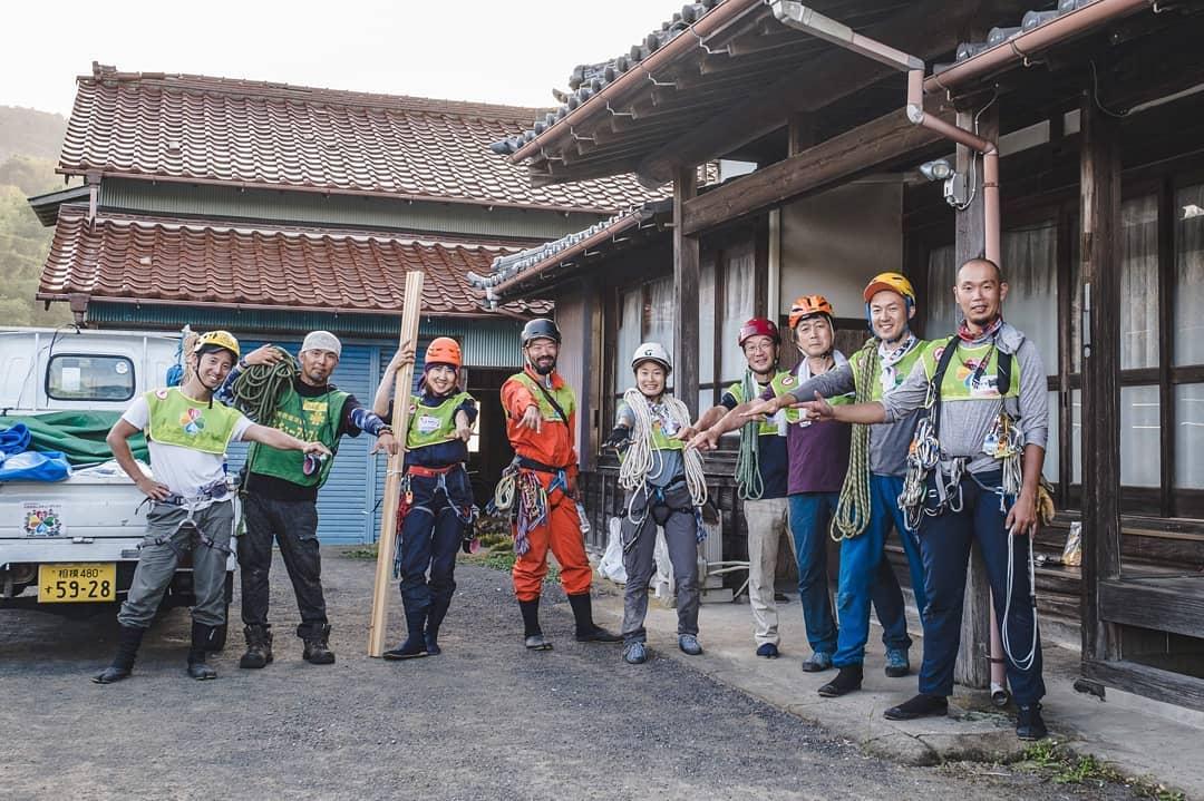 屋根上の補修作業のボランティア。