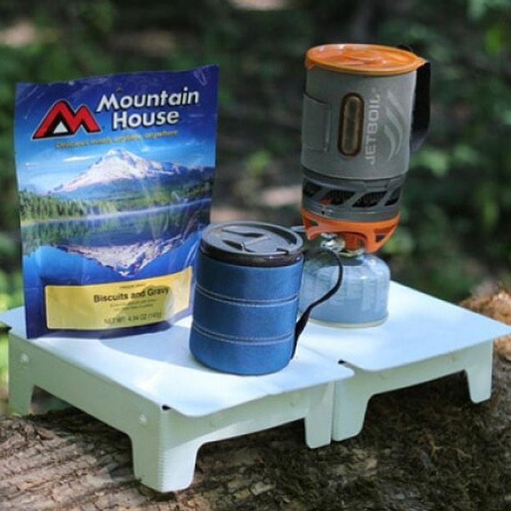軽量なテーブルは快適なアウトドアライフを送るのに重量なアイテムの一つ